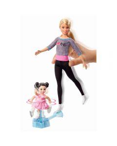 Papusa Barbie antrenor de patinaj cu elev si accesorii